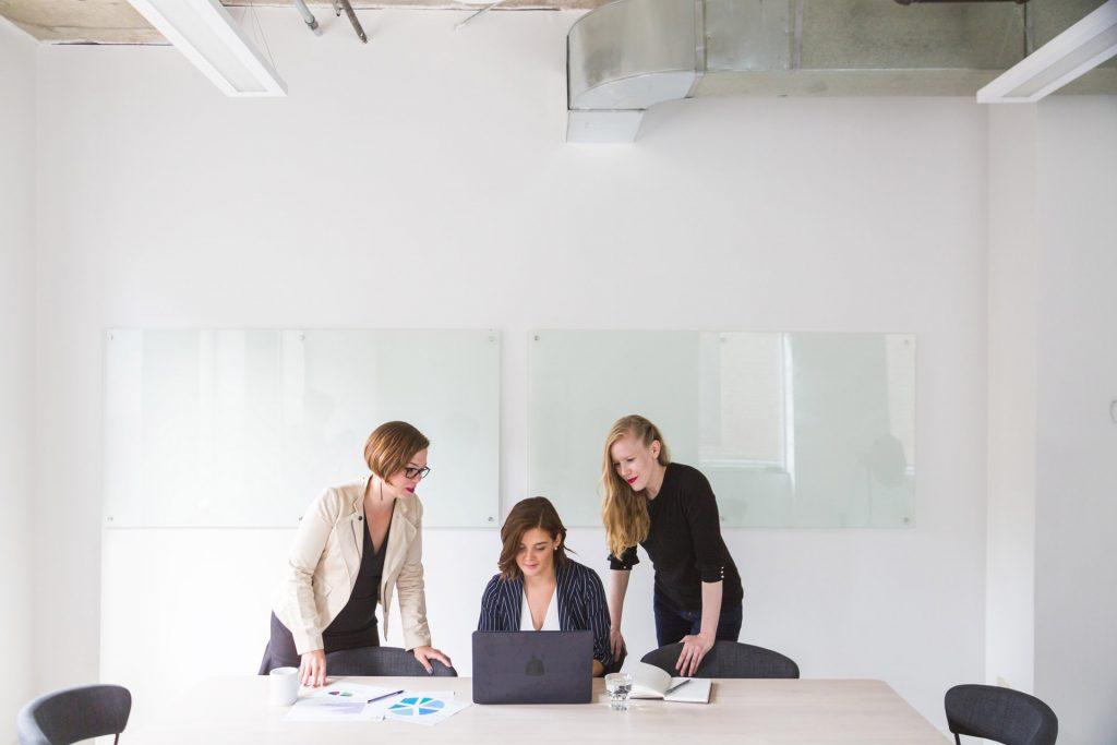 女性3人のテレビ広告の会議